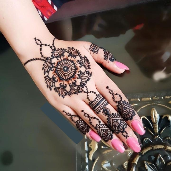 Simple Design on Hand Mehndi